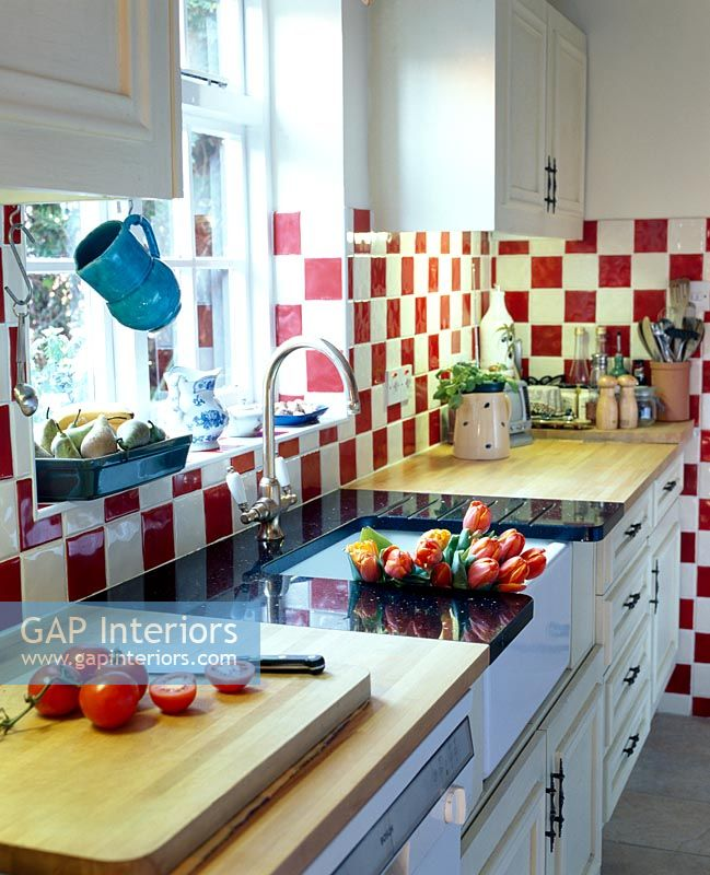 White Kitchen Red Walls: Modern Kitchen With Red And White Tiles