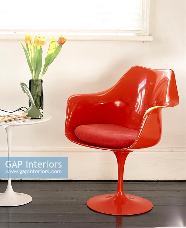 Incroyable Red Tulip Chair In Modern Living Room