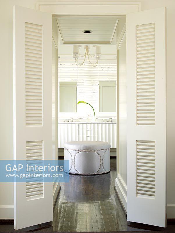 Slatted Doors gap interiors - slatted doors to modern bathroom - image no