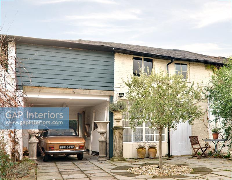 Gap interiors vintage car in garage of country house for Garage ava auto gap