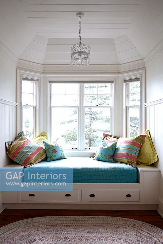 Gap Interiors Daybed By Bay Window Image No 0067578