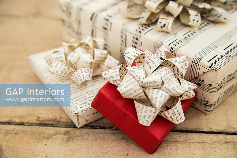 Creating a simple Christmas wrapping decoration using old book pages - finished bows on presents