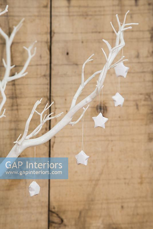 Using paper strips to create star shaped decorations - finished stars