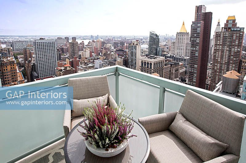 Balcony with views over New York