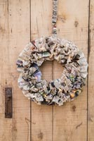 Creating a simple Christmas wreath using newspaper and  wire - finished decoration