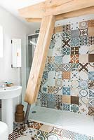 Shower cubicle with patterned tiles