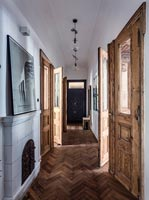 Entrance hall with parquet flooring