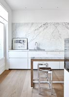 Marble splash backs in modern kitchen
